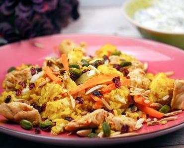 Persicher Reis mit Kruste, Berberitzen, Hähnchen, Safran und Minz-Gurken-Joghurt