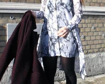 Outfit: Marmorkleid mit bordeaux Mantel