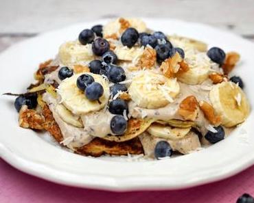 Protein Pfannkuchen mit Mandelmilch, Heidelbeerjoghurt und frischen Früchten