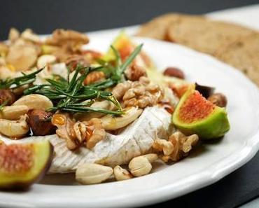 Ofen-Camembert mit Nüssen, Feigen, Honig, Rosmarin und frischem Brot