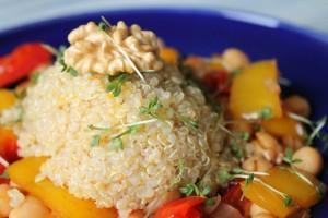 Orangen-Walnuss-Quinoa auf Kichererbsengemüse