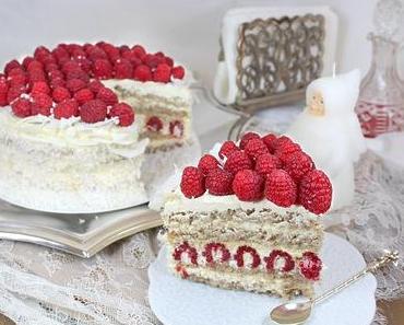 Weiße Torte mit Kokos und Himbeeren