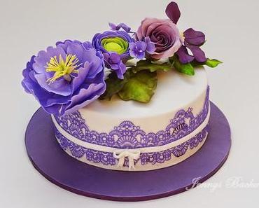 Torte mit verschiedenen Blumen zum Geburtstag