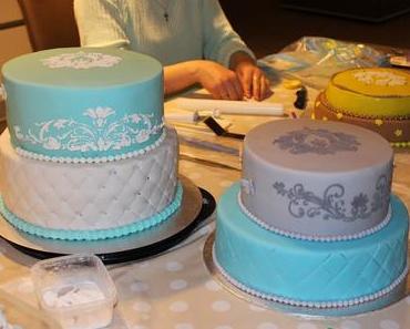Hochzeitstorten Kurs, wir stapeln zwei echte Torten mit inneren Stützen