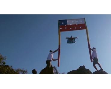 Mit dem Wingsuit eine Styropor-Flagge durchbrechen