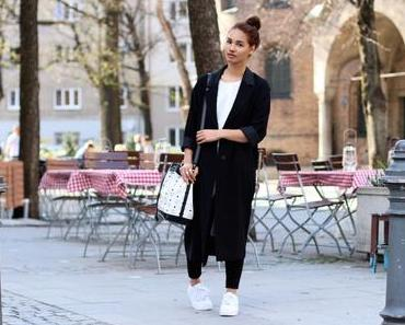 OUTFIT: BLACK OVERSIZE COAT & WHITE SNEAKERS