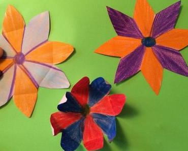 Mit Papier und Farbe: Experiment Chinesische Wunderblume