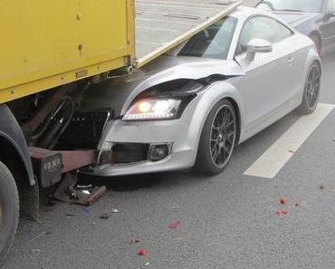 Autounfall Münster – Audi kracht unter Laderampe