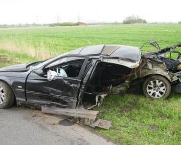 Autounfall Leer – BMW prallt gegen Baum