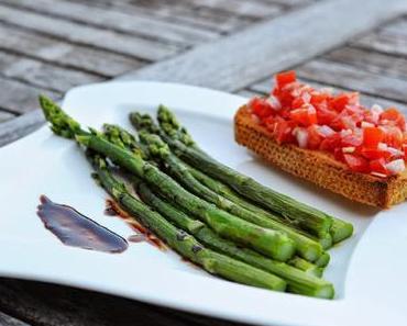 Grüner Spargel an Balsamicoreduktion mit Tomatenbruschetta